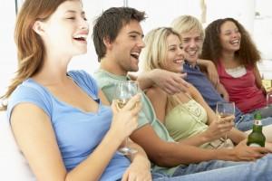 Freunde sitzen zusammen haben Spaß und lachen