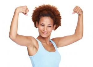Frau zeigt wie stark sie ist