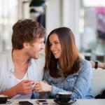 8 Flirtsignalen van Mannen die Iedere Vrouw Zou Moeten Herkennen