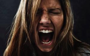 Frau ist wütend und schreit
