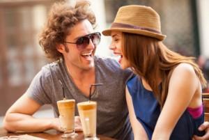 Mann und Frau daten und lachen