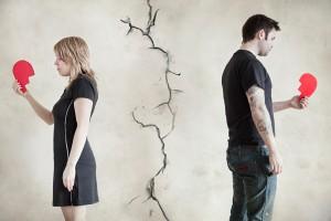 Mann und Frau haben gebrochenes Herz