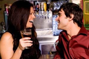 Frau und Mann flirten an Bar