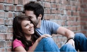 Junge und Mädchen flirten