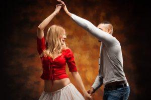 Frau und Mann tanzen zusammen