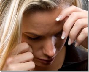 Frau mit blonden Haaren ist traurig