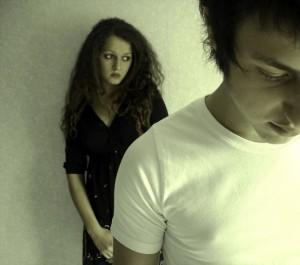 Junge und Mädchen nach Trennung traurig