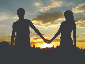 Paar bei Sonnenuntergang Hand in Hand