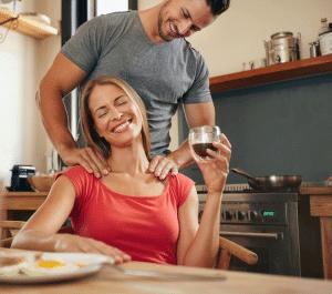 Mann gibt Frau eine Massage