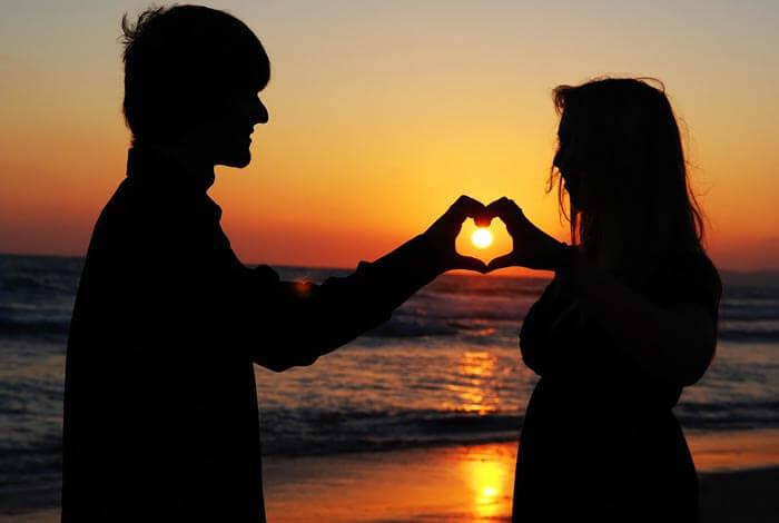 Verliebtes Paar am Strand bei Sonnenuntergang